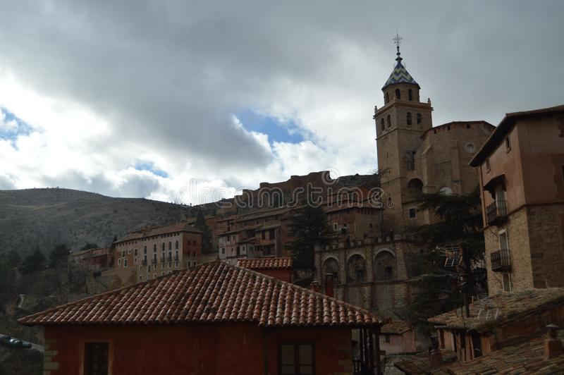 December 28, 2013 Albarracin Teruel, Aragon, Spanien Domkyrka av fyrkanten f?r El Salvador Seen From The Albarracin Historia lopp royaltyfri bild