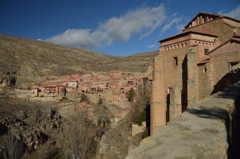 December 28, 2013 Albarracin Teruel, Aragon, Spanien Medeltida bysikt från hjärtförmaken av domkyrkan El Salvador De arkivbilder