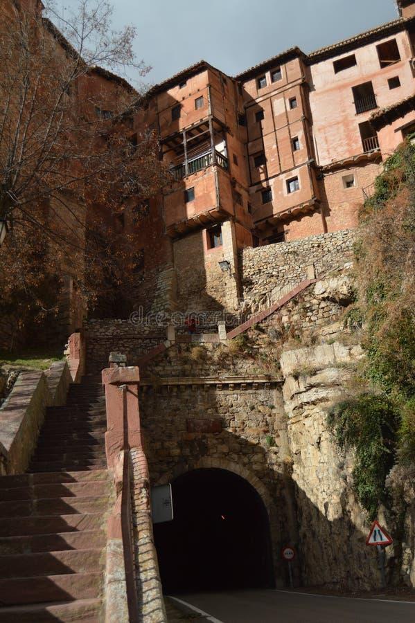 December 28, 2013 Albarracin Teruel, Aragon, Spanien Medeltida villa Albarracin med dess h?ngande berghus och Tunel royaltyfri bild