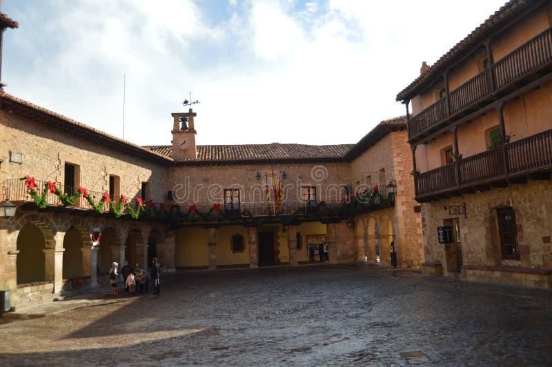 December 28, 2013 Albarracin Teruel, Aragon, Spanien Medeltida villa med dess h?rliga Albarracin fyrkant r royaltyfria bilder