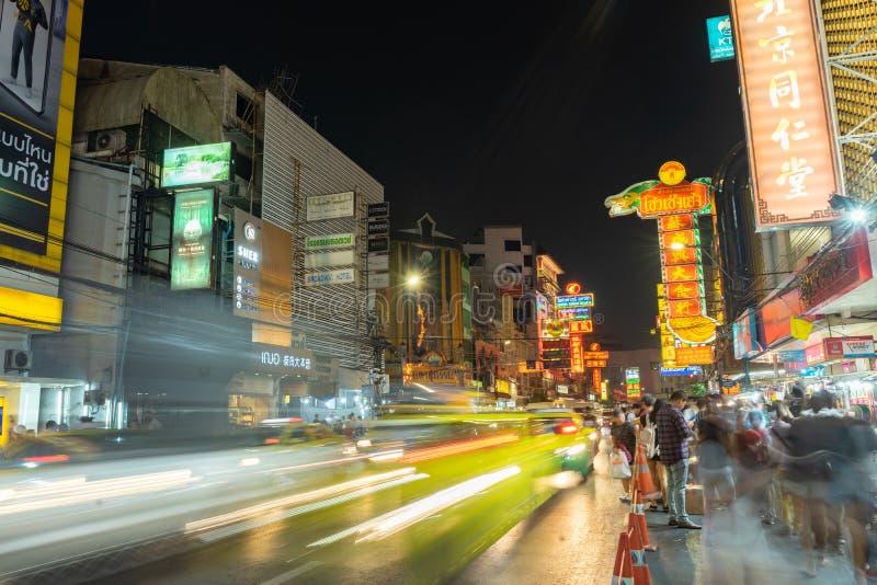 21 DECEMBER, 2018 - Bangkok, Thailand: China Stad geroepen Yaowarat in de spitsuurnacht, lange blootstelling royalty-vrije stock afbeelding
