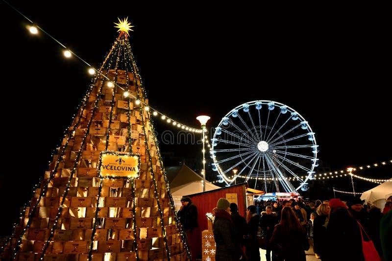 16 December 2018 Brno Tjeckien Julmarknader i staden Nattfoto med folk på gatan royaltyfria foton