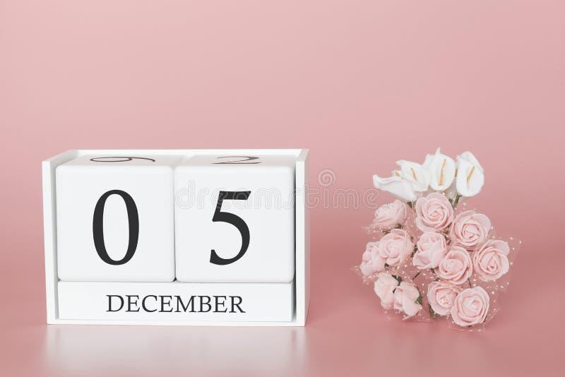 05 december Dag 5 van maand Kalenderkubus op moderne roze achtergrond, concept zaken en een belangrijke gebeurtenis royalty-vrije stock afbeeldingen