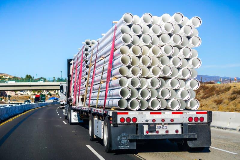 2 december, 2018 Los Angeles/CA/de V.S. - Vrachtwagen die whi vervoeren royalty-vrije stock foto's