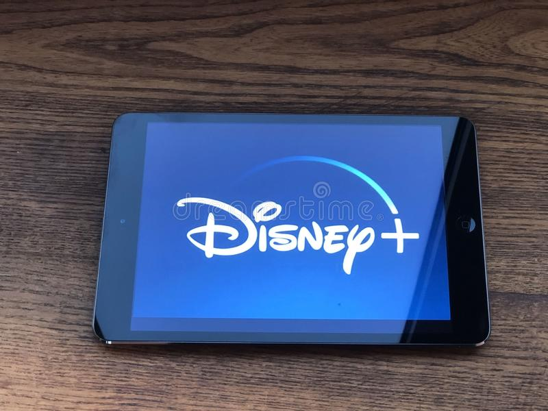 December 2019 Parma, Italië: Disney + pictogram bedrijfslogo op tabletscherm sluiten Disney+ videostreaming service en visueel me royalty-vrije stock foto's