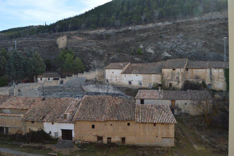 December 27, 2013 Pittoreska hus som omger den dyrbara tjurfäktningsarenan i Rubielos De Mora, Teruel, Aragon, Spanien lopp natur arkivbild