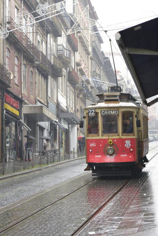 8 december 2019, Porto, Portugal Tram een regenachtige dag door de straat royalty-vrije stock foto's