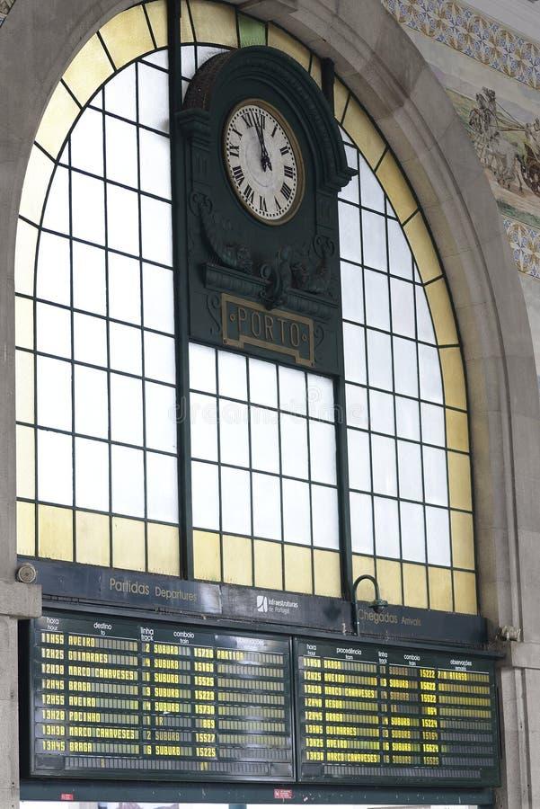 8 december 2019, Porto, Portugal treinstationklok stock fotografie