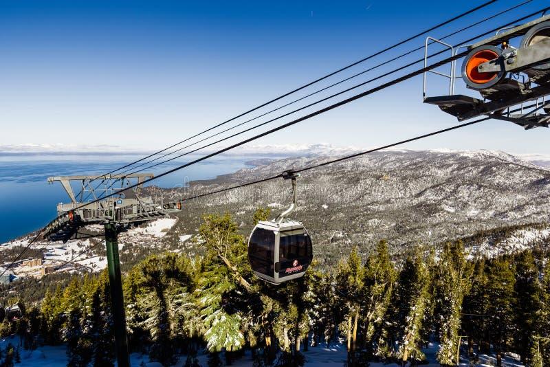 December 26, 2018 södra Lake Tahoe/CA/himla- USA - skidar semesterortgondoler på en solig dag royaltyfria foton