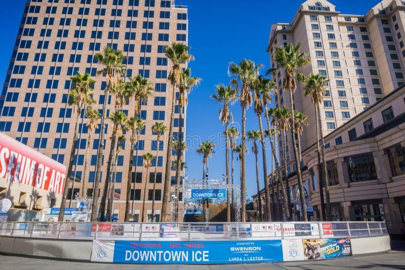 December 6, 2017 San Jose/CA/USA - i stadens centrum is, ett säsongsbetonat, vänlig utomhus- åka skridskor isbana för familj som  arkivbilder