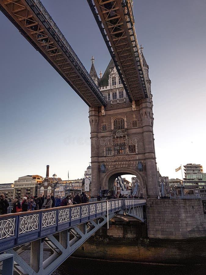December 28th, 2017, London, England - stå högt bron, som korsar flodThemsen nästan tornet av London royaltyfri foto