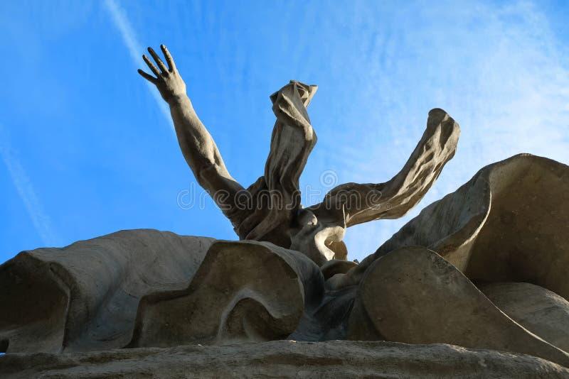 December 2015, Volgograd, Ryssland - stenmonument fäderneslandappellerna från den nedersta vinkelsikten royaltyfri bild