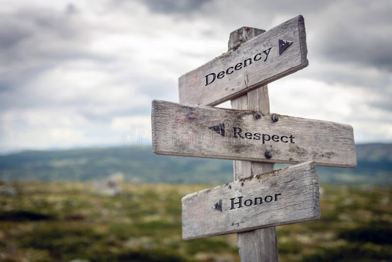 Decencia, respeto y texto de honor en un cartel de madera al aire libre en paisajes paisajísticos foto de archivo