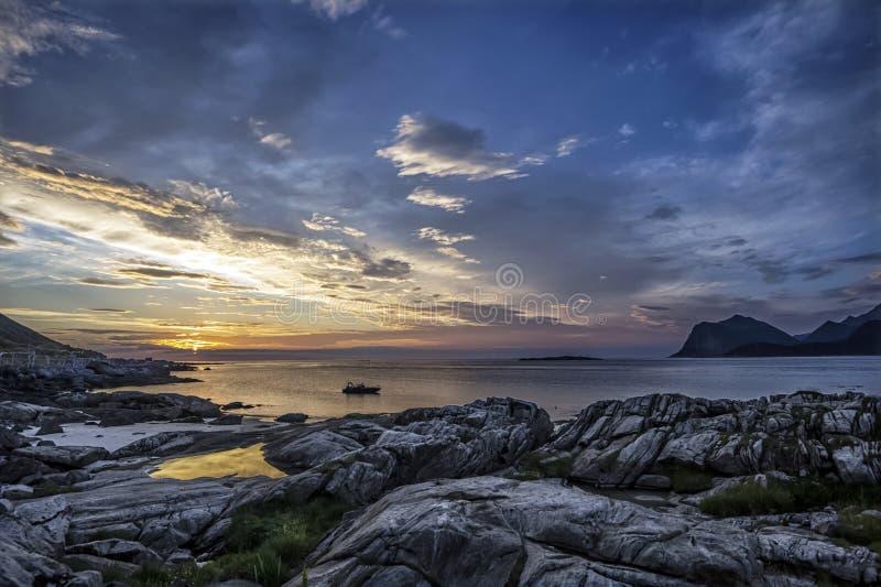 Decending słońce Północy scena od Flakstad wyspy, Lofoten obrazy stock