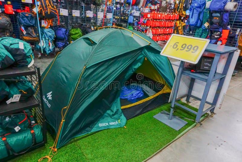 Dechathlon-Speicher - bunte Zelte auf Anzeige lizenzfreie stockbilder