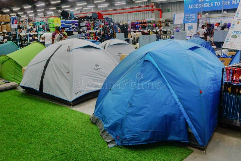Dechathlon-Speicher - bunte Zelte auf Anzeige lizenzfreies stockfoto
