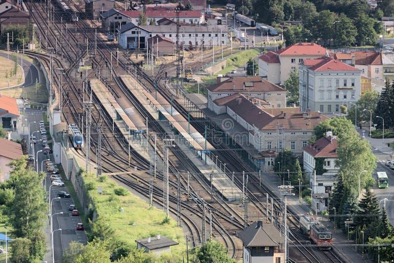 Decin, República Checa - 14 de junio de 2019: estación de tren vista de la opinión del stena de Pastyrska en la puesta del sol de imagen de archivo