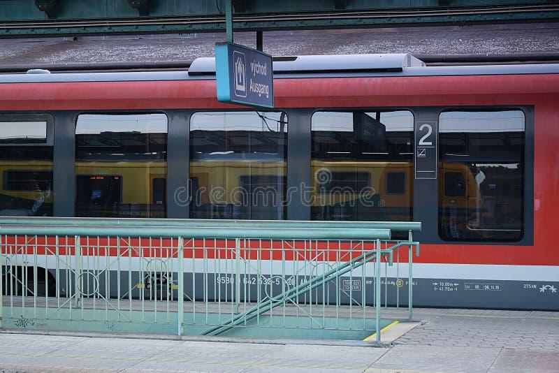 Decin, República Checa - 14 de junio de 2019: tren rojo de Siemens con el tren anaranjado de Regionova como espejo en la estación imagen de archivo