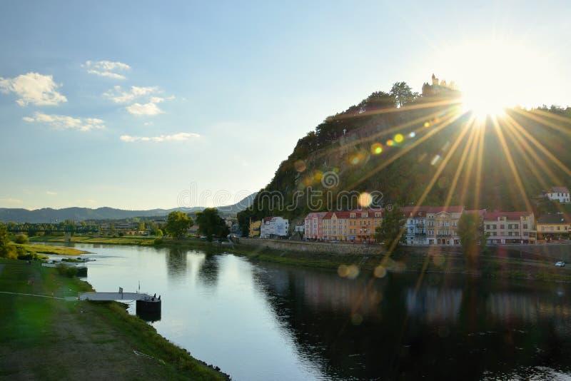 Decin, República Checa - 8 de septiembre de 2018: Colina del stena de Pastyrska con la cerradura, las casas históricas y el río E foto de archivo libre de regalías