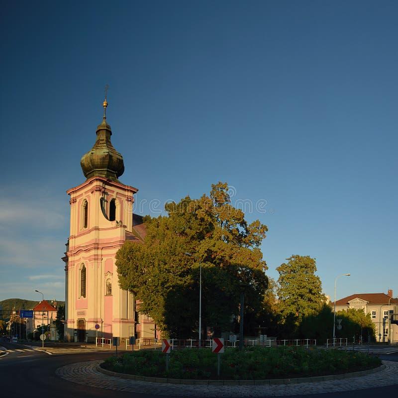 Decin, República Checa - 8 de septiembre de 2018: Kostel SV Vaclava un SV Iglesia y árboles de Blazeje en la ciudad de Decin dura imagen de archivo libre de regalías
