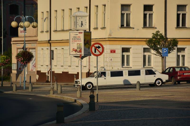 Decin, República Checa - 8 de septiembre de 2018: Skoda blanco 105/120 limusina en el cuadrado de Masaryk en la ciudad de Decin d imágenes de archivo libres de regalías