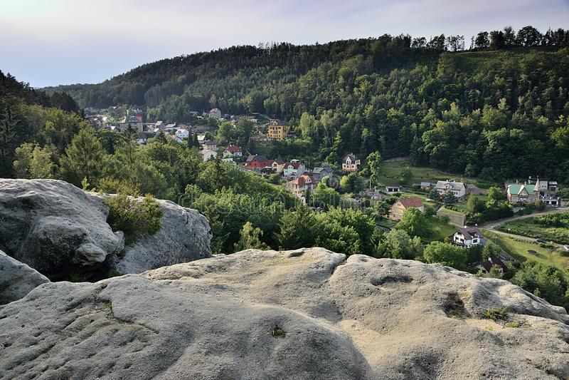Decin, repubblica Ceca - 14 giugno 2019: estremità della città fra le rocce e le colline al tramonto di estate fotografia stock