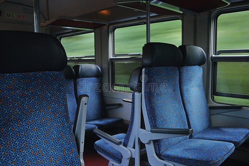 Decin, repubblica Ceca - 14 giugno 2019: finestre e sedie nel treno passeggeri che conduce alla città di Usti nad Labem immagine stock