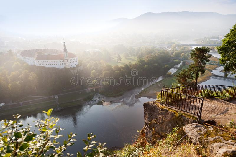Decin-Schloss von der Hirten- Klippe, Stadt Decin, Nord-Böhmen-Ausrichtung lizenzfreies stockbild