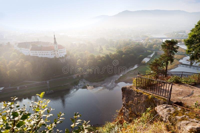Decin slott från den herde- klippan, stad Decin, norr Bohemia registrering royaltyfri bild