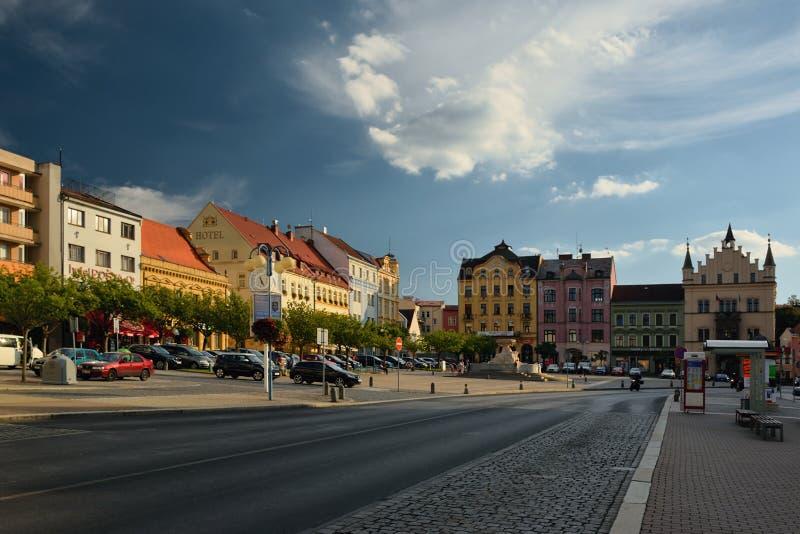 Decin, Tsjechische republiek - 08 September, 2018: weg en historische huizen op Masaryk-vierkant in Decin-stad tijdens zonsonderg stock foto