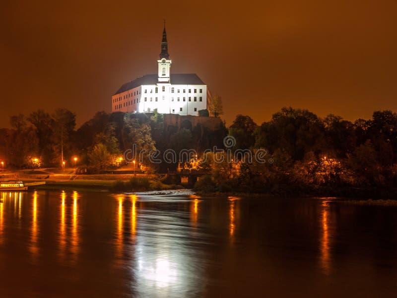 Decinkasteel in Elbe Rivier 's nachts wordt weerspiegeld, Tsjechische Republiek, Europa dat stock foto's