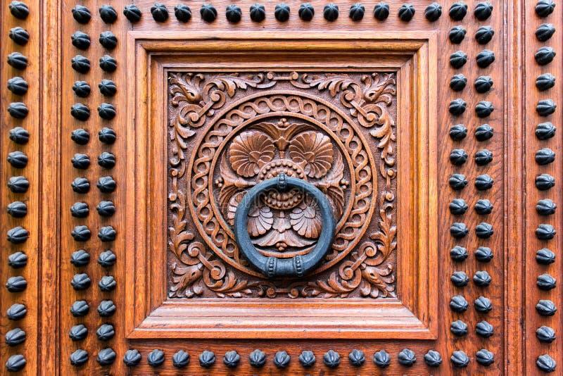 Decioration van oude middeleeuwse houten deuren royalty-vrije stock afbeeldingen