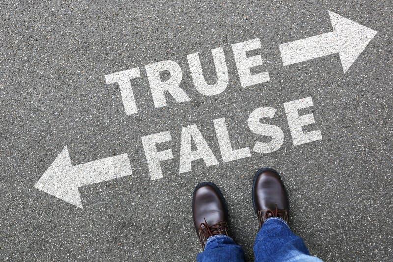 A decisão de encontro dos fatos da mentira verdadeira falsa da notícia da falsificação da verdade decide o compa imagem de stock