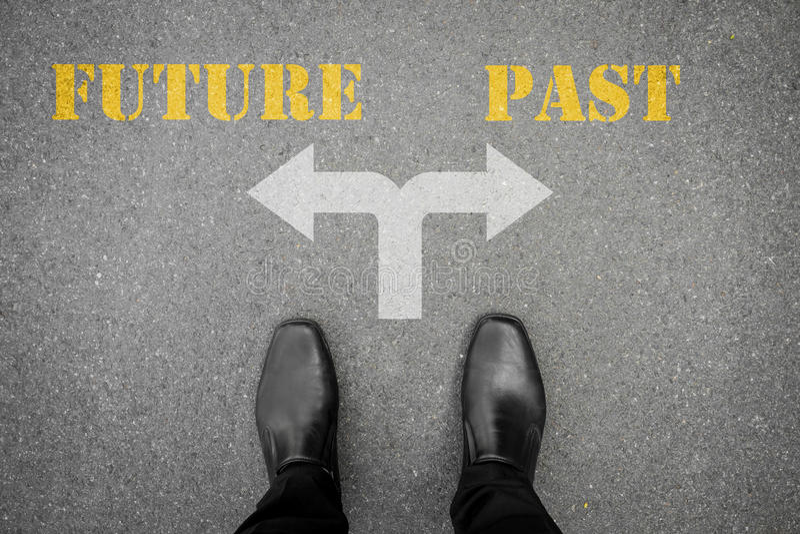 Decisión a hacer en el camino cruzado - futuro o pasado imagen de archivo libre de regalías