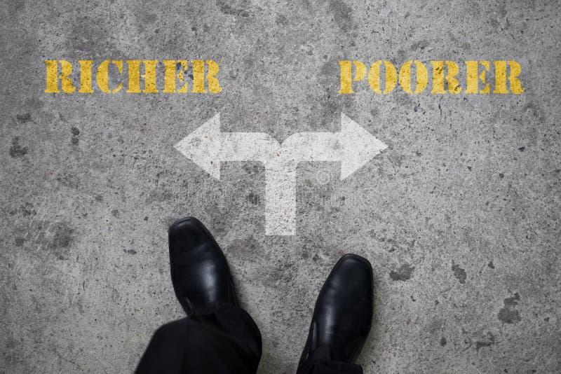 Decisión a hacer en el camino cruzado - más rico o más pobre fotografía de archivo