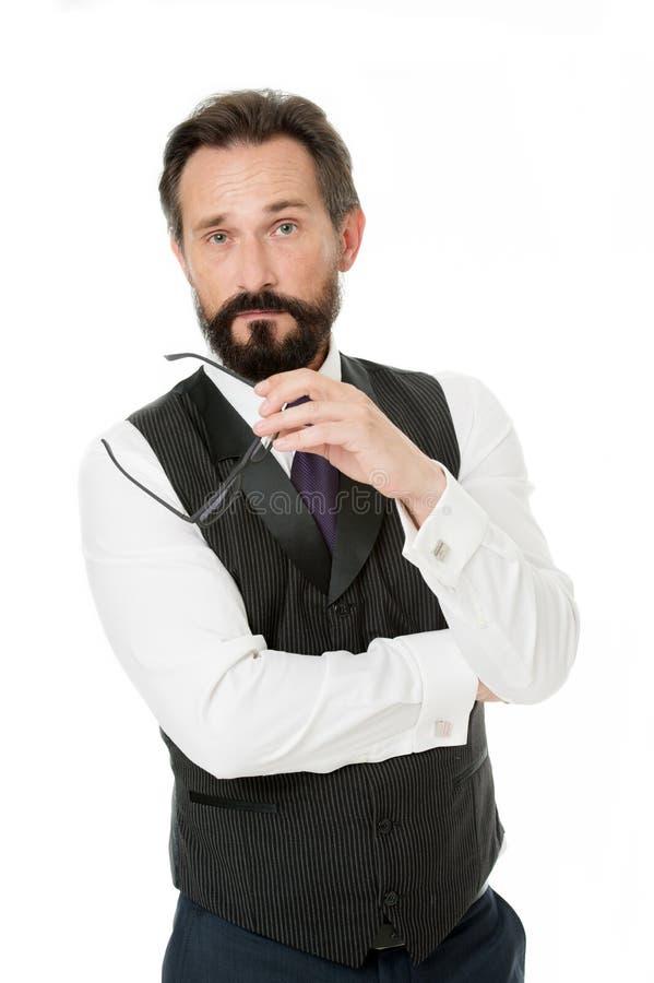 Decisione dura L'abbigliamento convenzionale classico dell'uomo d'affari decolla gli occhiali mentre prende la decisione Il compo immagini stock