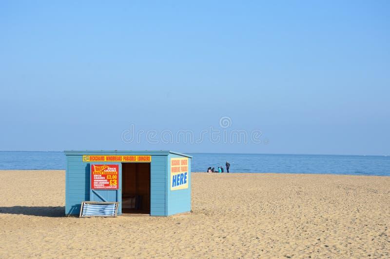 Deckchair在海滩的聘用小屋在大雅默斯诺福克英国 免版税库存照片