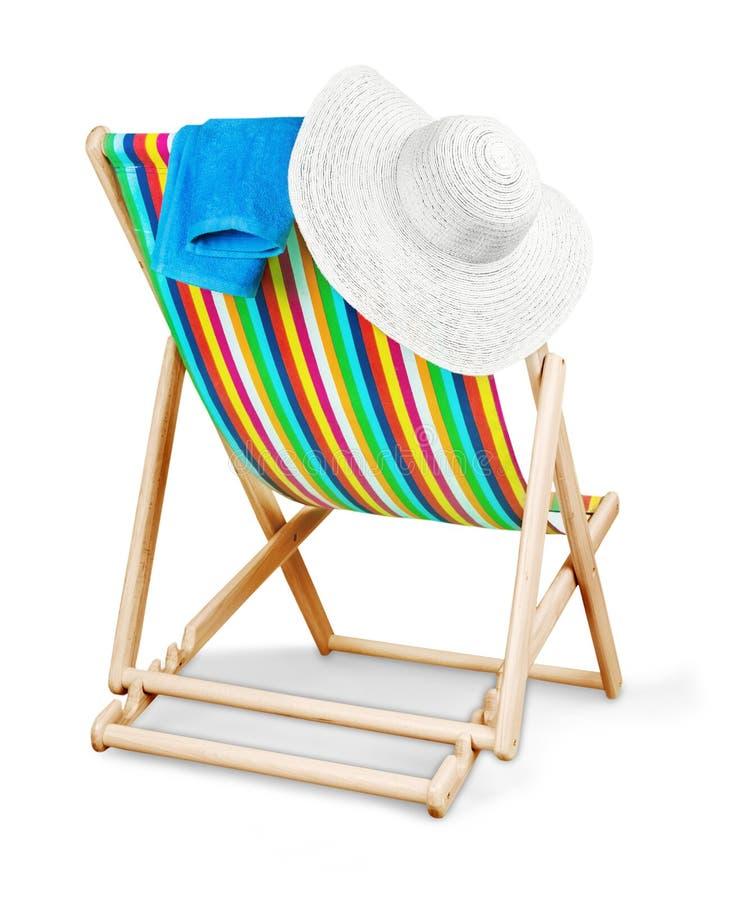 Deckchair隔绝了与帽子和毛巾在白色 免版税库存图片