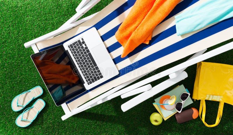 Deckchair в саде стоковые изображения