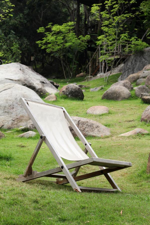 Deckchair на зеленой траве стоковое фото rf