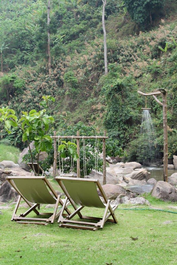 Deckchair на зеленой траве стоковое изображение rf