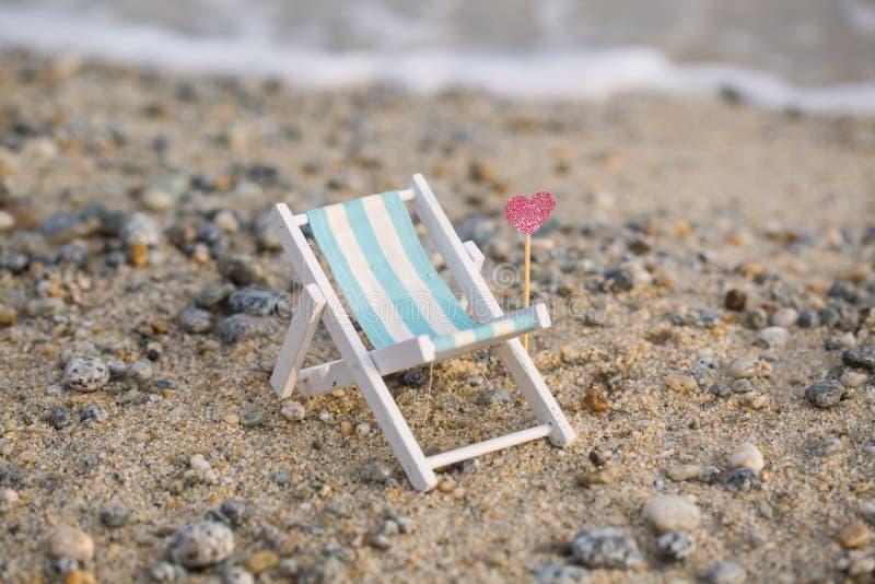 Deckchair на пляже, ослабляет стоковое изображение