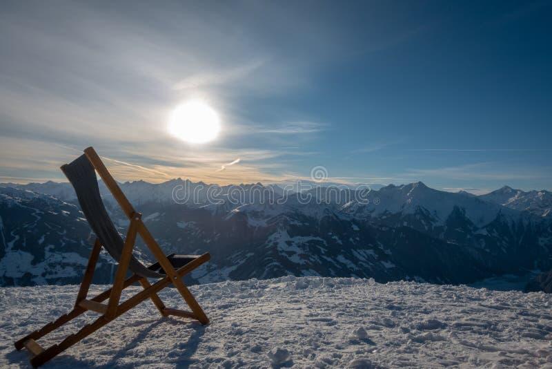 Deckchair стоит на горе обозревая долину стоковые фото