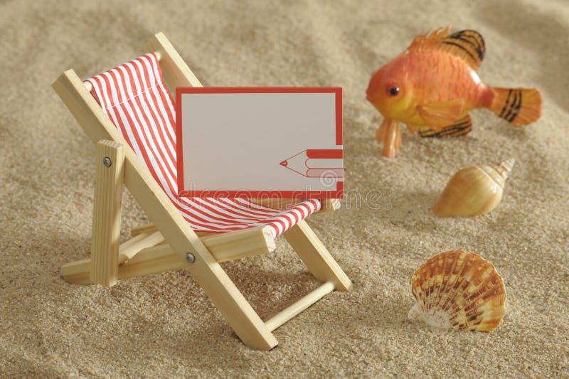 Deckchair alla spiaggia piena di sole immagini stock libere da diritti