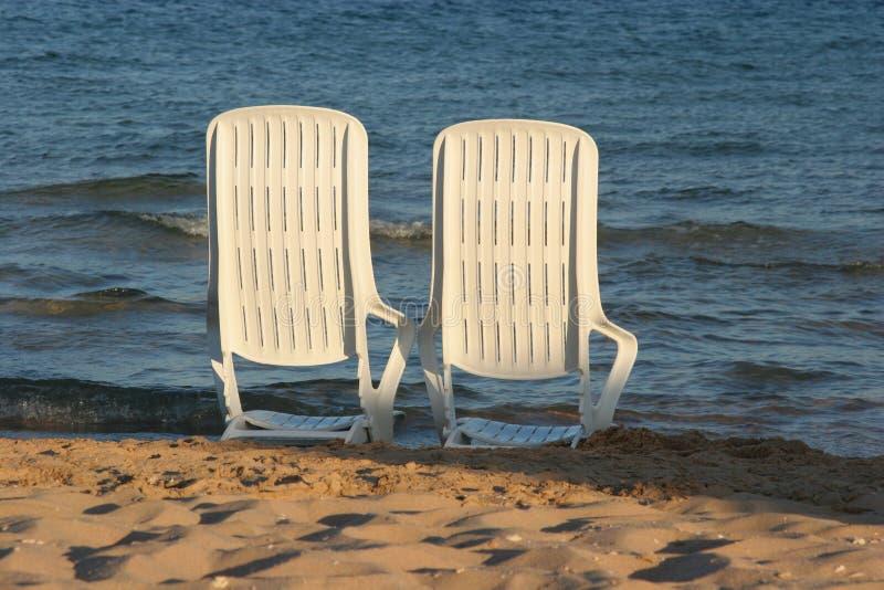 Deckchair auf einem Strand lizenzfreies stockbild