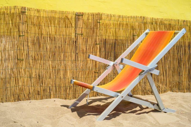 Deckchair auf Sand lizenzfreie stockfotografie