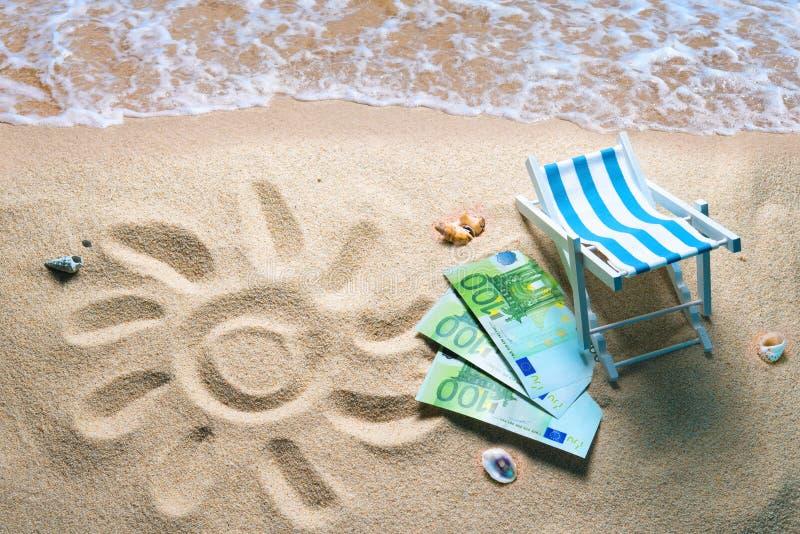 Deckchair com euro- contas em uma praia com um sol tirado no san imagens de stock
