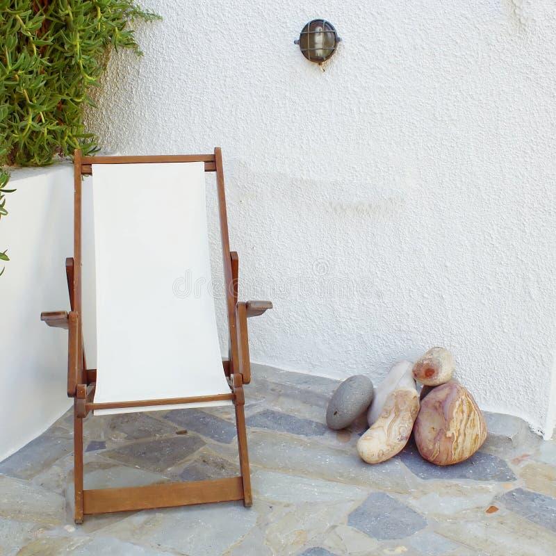 Deckchair in der ruhigen Yardecke stockbild