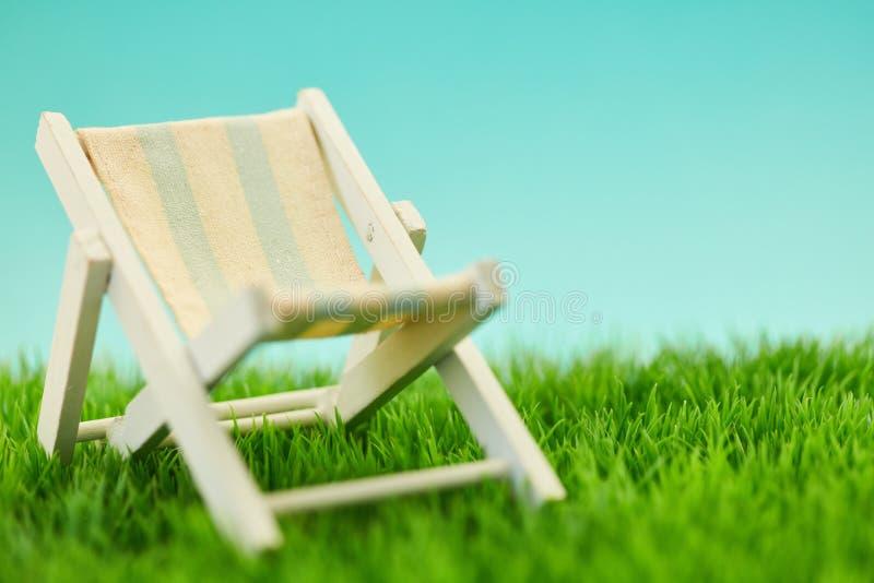 Deckchair dla relaksu podczas wakacji letnich zdjęcie royalty free