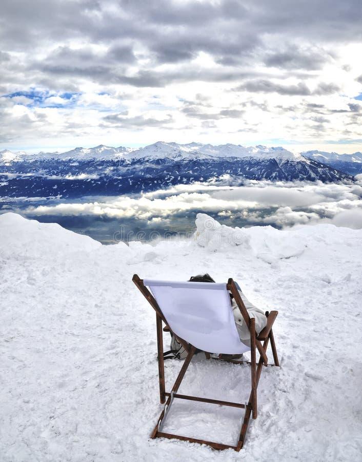 Deckchair en la cima de la montaña en panorama de la nieve del invierno - Innsbruck - pico del nordkette - Austria foto de archivo